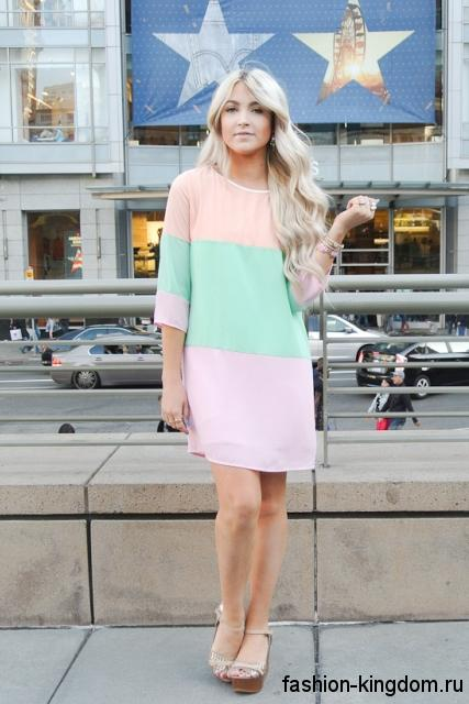 Короткое платье для невысоких девушек, прямого кроя, мятно-персикового цвета, с рукавами три четверти.