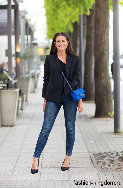 Узкие синие джинсы для невысоких девушек в сочетании с черным жакетом и туфлями на высоком каблуке.