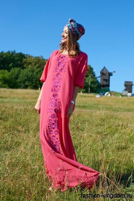 Платье макси розового цвета, свободного фасона, с рукавами до локтей в этническом стиле.