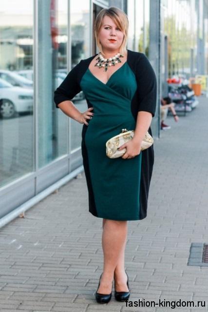 Платье черно-зеленого цвета, длиной до колен, прямого кроя, с рукавами до локтей для невысоких девушек.