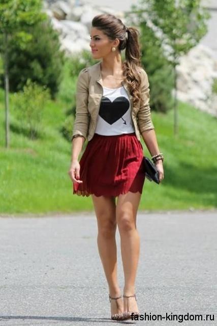 Короткая красная юбка для невысоких девушек сочетается с белым топом и жакетом бежевого оттенка.