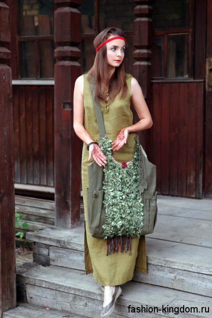 Длинное платье светло-зеленого цвета, прямого кроя, без рукавов в этническом стиле.