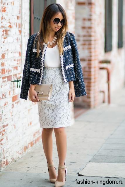 Ажурная юбка-карандаш белого цвета, длиной до колен для невысоких женщин в тандеме с жакетом серо-синего тона.