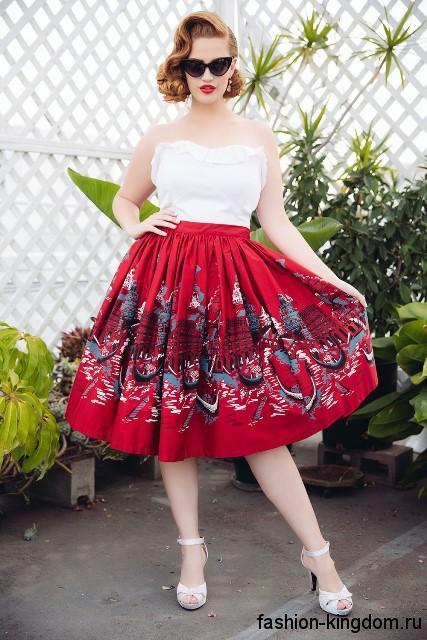 Пышная красная юбка с принтом в стиле ретро для невысоких женщин в сочетании с белым топом без бретелей.