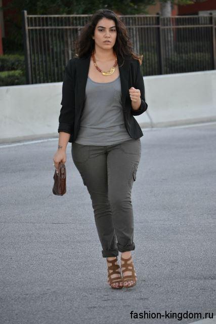 Приталенные брюки серого цвета в сочетании с коротким черным жакетом для полных девушек невысокого роста.