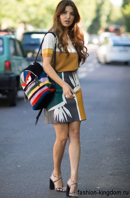 Короткая юбка-трапеция с абстрактным рисунком для невысоких женщин сочетается с блузкой бело-горчичного цвета.