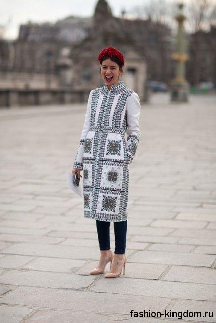 Весеннее пальто приталенного кроя, белого цвета с серым принтом в этническом стиле.