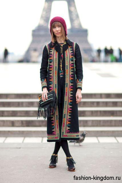Демисезонное длинное пальто прямого кроя, черного тона с цветным принтом в этническом стиле.