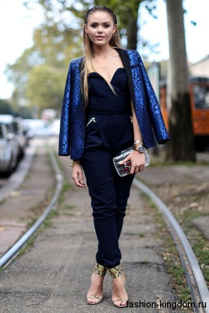 Комбинезон темно-синего цвета для невысоких девушек в сочетании с блестящим пиджаком синего тона.