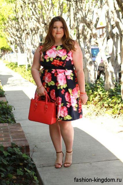 Летнее платье цветочной расцветки, длиной до колен, с акцентом на талии для полных невысоких девушек.