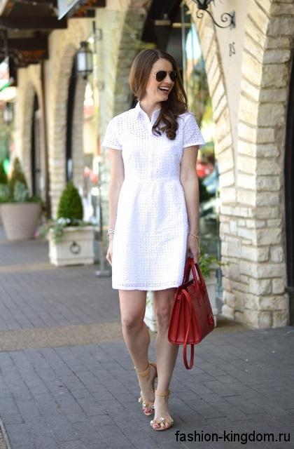 Короткое белое платье приталенного фасона, с короткими рукавами для невысоких женщин.