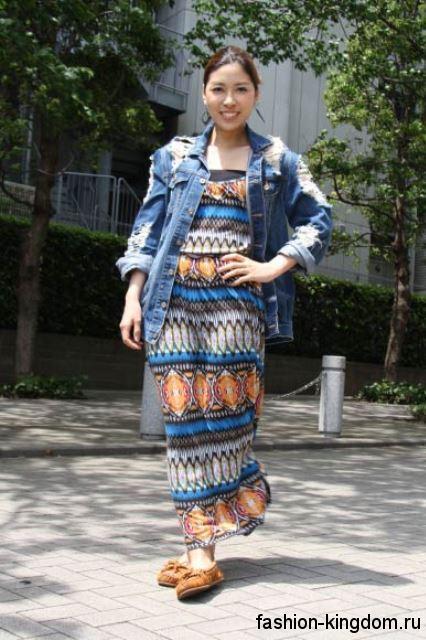 Летнее длинное платье прямого фасона с рисунком в этническом стиле в сочетании с джинсовой курткой.