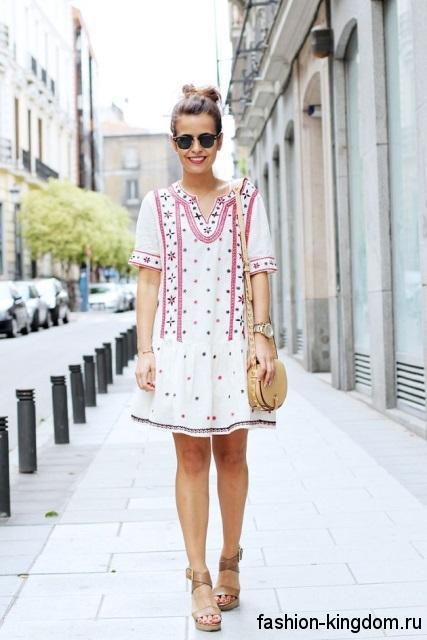 Летнее платье-мини белого цвета с красным принтом, свободного кроя, с короткими рукавами в этническом стиле.