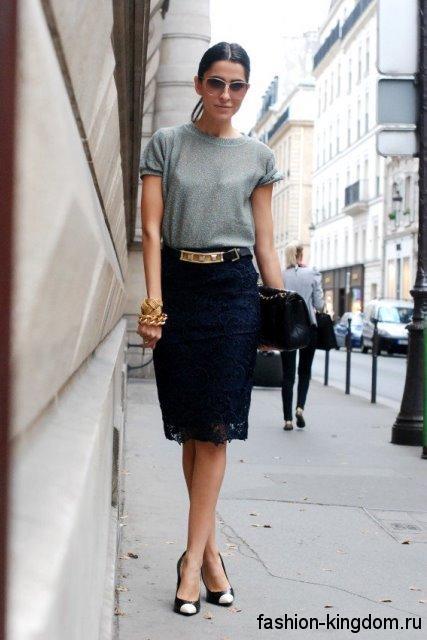 Ажурная юбка-карандаш черного цвета, длиной до колен для невысоких женщин в тандеме с блузой светло-серого тона.