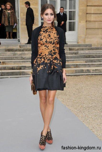 Короткое платье черно-коричневого тона, с акцентом на талии для невысоких женщин в тандеме с черным жакетом.