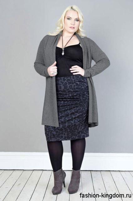 Юбка-карандаш темно-серого цвета с леопардовым принтом, длиной чуть ниже колен для невысоких женщин.