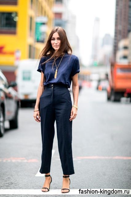 Классические брюки черного цвета с завышенной талией в сочетании с блузой темно-синего тона для невысоких женщин.
