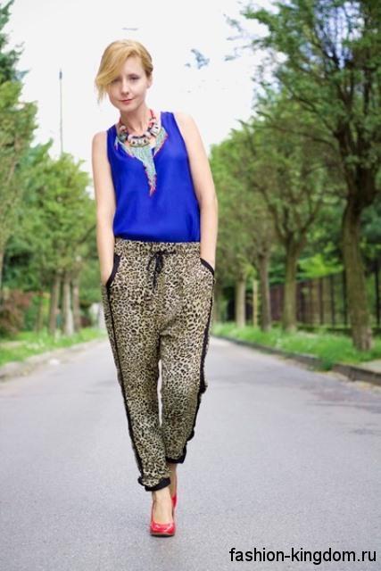 Массивное колье в стиле этно дополняет шифоновую синюю блузку и брюки леопардовой расцветки.