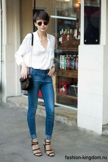 Белая блузка свободного кроя для невысоких женщин в сочетании с узкими джинсами светло-синего цвета.