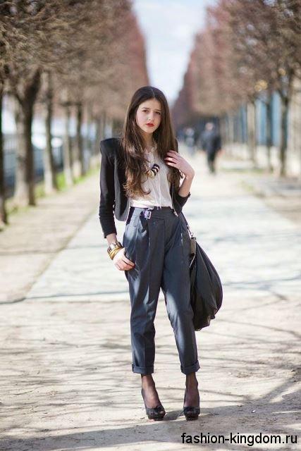 Офисные брюки серого цвета, прямого фасона для невысоких девушек сочетаются с белой блузой и коротким черным жакетом.