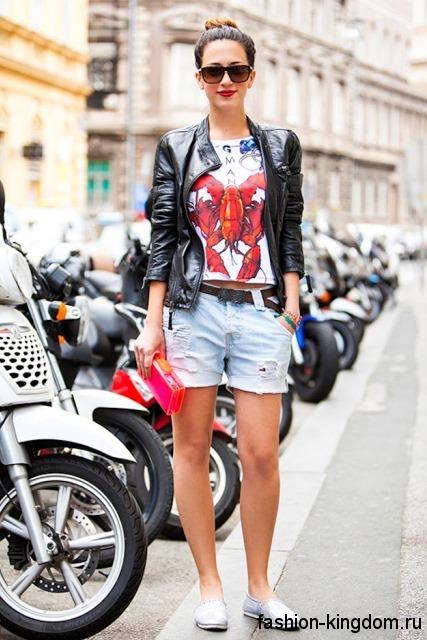 Джинсовые шорты голубого цвета для невысоких женщин сочетаются с кожаной курткой черного тона.