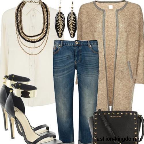 Длинный кардиган светло-коричневого цвета для невысоких девушек в сочетании с синими джинсами.