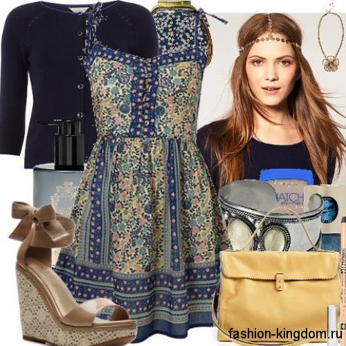 Платье синего цвета с цветочным принтом и пышной юбкой для невысоких женщин в сочетании с босоножками на платформе.