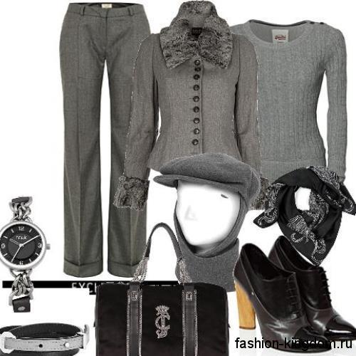 Классические брюки серого цвета, прямого фасона для невысоких женщин сочетаются с ботильонами на каблуке.