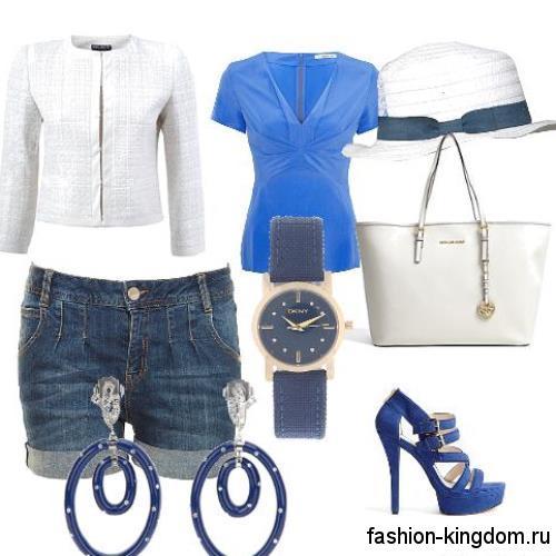 Синие джинсовые шорты для невысоких женщин сочетаются с блузкой синего тона и босоножками на каблуке.