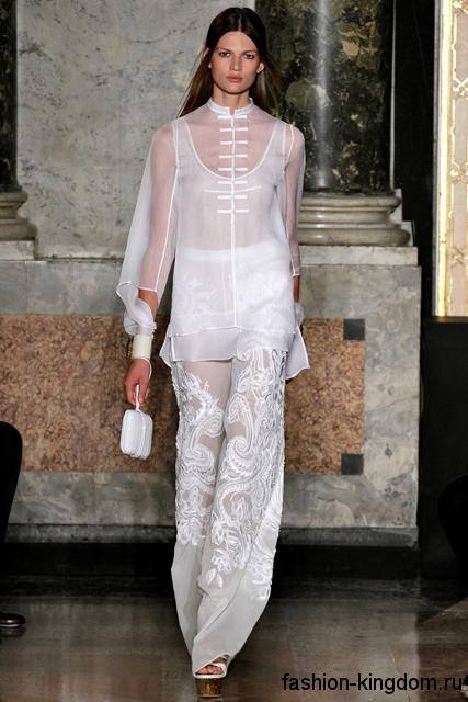Шифоновые белые брюки свободного фасона в этническом стиле в тандеме с шифоновой блузкой от Emilio Pucci.