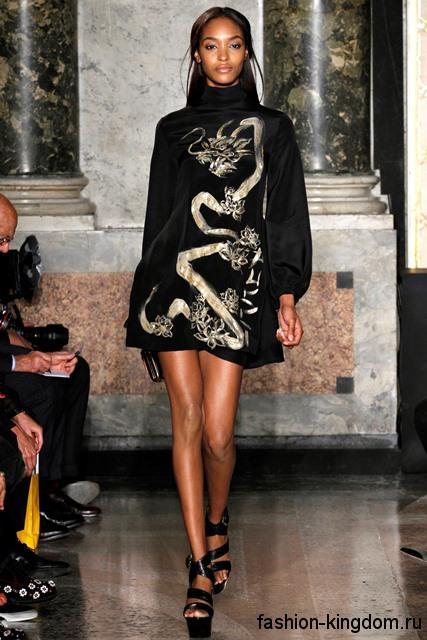 Короткое платье черного цвета, полуприталенного фасона, с длинными рукавами и рисунком в этническом стиле от Emilio Pucci.