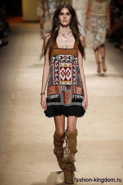 Платье-мини коричневого цвета с рисунком, прямого кроя, декорированное бахромой, в стиле этно от Etro.