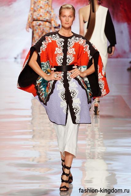 Длинная разноцветная блузка с широкими рукавами и кожаным поясом в этническом стиле из коллекции Etro.
