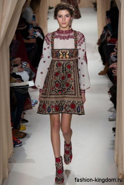 Короткое платье трапециевидного фасона, с этническом рисунком в сочетании с белой блузой от Valentino.