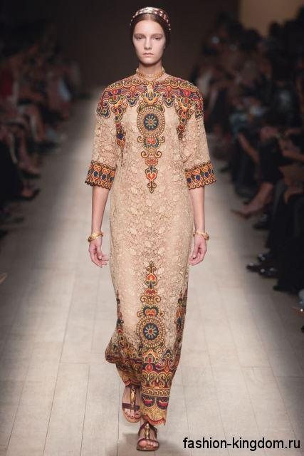 Длинное платье светло-коричневого оттенка, полуприталенного кроя, с орнаментом и рукавами до локтей от Valentino.