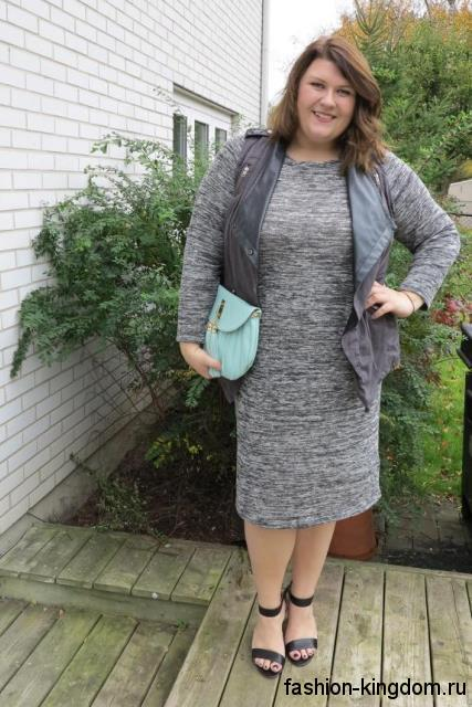 Теплое серое платье для полных девушек, длиной ниже колен, прямого фасона, с длинными рукавами.