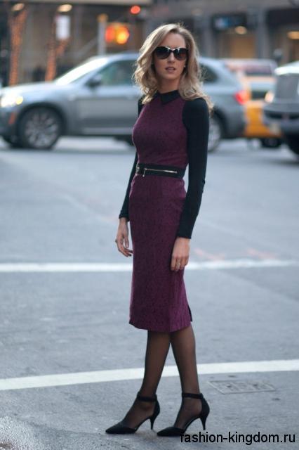 Теплое платье черно-фиолетового цвета, приталенного фасона, длиной ниже колен в сочетании с черными туфлями.