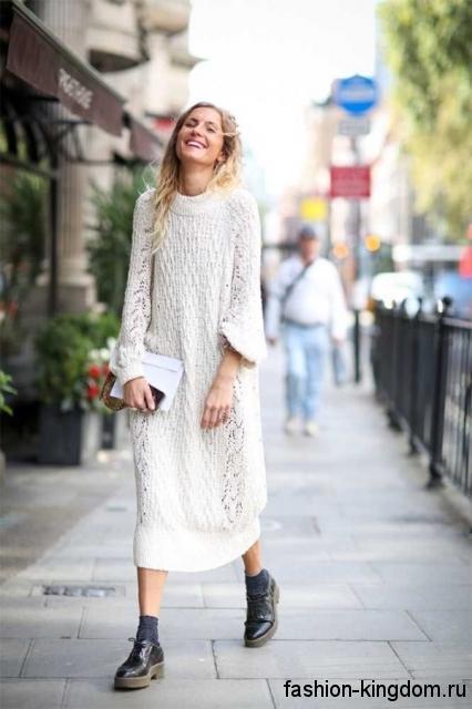 Длинное вязаное теплое платье белого цвета, с длинными рукавами, свободного фасона.