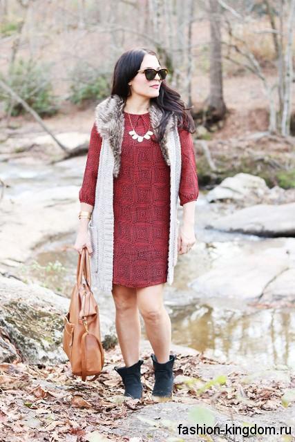 Осеннее теплое платье красного цвета с черным принтом, прямого кроя, с рукавами три четверти для полных девушек.