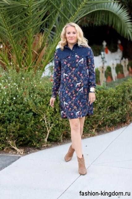 Вечернее теплое платье синего тона с цветочным принтом, с длинными рукавами, прямого покроя, длиной чуть выше колен.