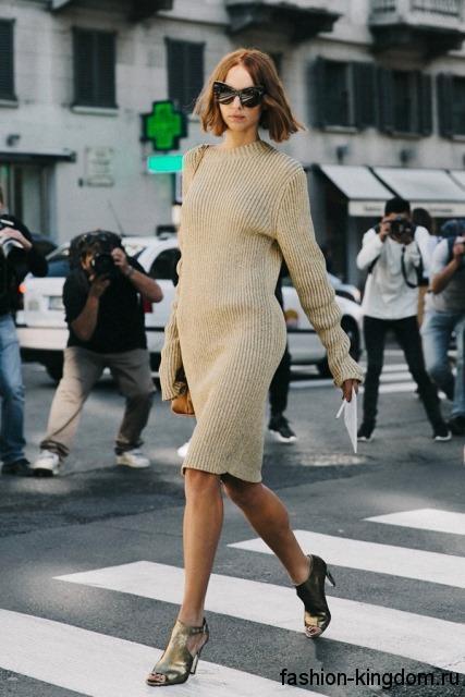 Теплое платье бежевого цвета, приталенного кроя, длиной до колен, с длинными рукавами.
