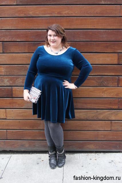 Бархатное теплое платье темно-синего тона для полных, длиной до колен, с акцентом на талии и с длинными рукавами.