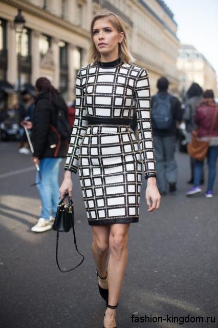 Клетчатое теплое платье черно-белого цвета, приталенного фасона, длиной выше колен, с длинными рукавами.