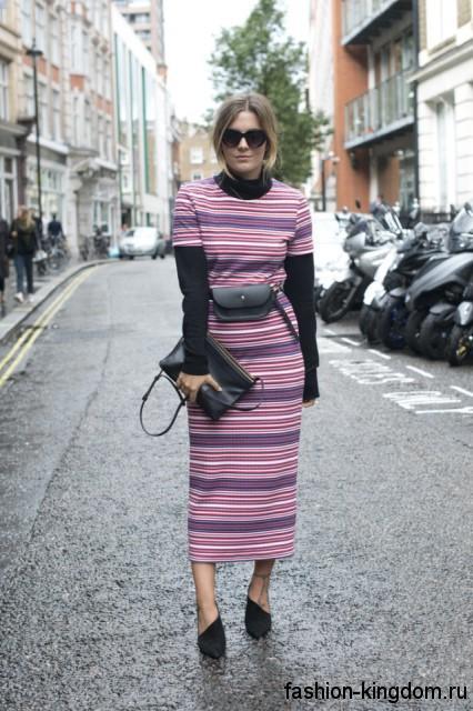 Длинное теплое платье приталенного кроя, сиреневых оттенков в полоску, с длинными рукавами.