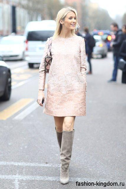 Бежевое теплое платье прямого фасона, длиной выше колен сочетается с высокими серыми сапогами.