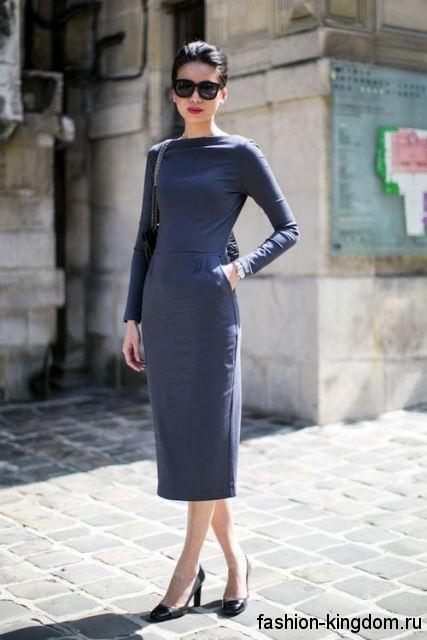 Осеннее теплое платье серого цвета в офис, с длинными рукавами, полуприталенного кроя, длиной ниже колен.