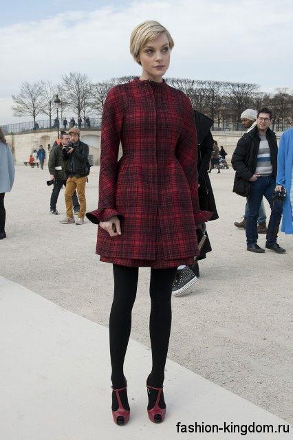 Короткое теплое платье темно-красного цвета в клетку, с пышной юбкой и длинными рукавами.