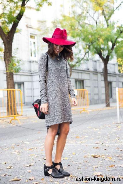 Серое теплое платье с длинными рукавами и асимметричным низом в тандеме с черными туфлями.