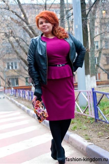 Теплое платье с баской для полных женщин, цвета фуксии, длиной до колен в сочетании с туфлями на платформе.