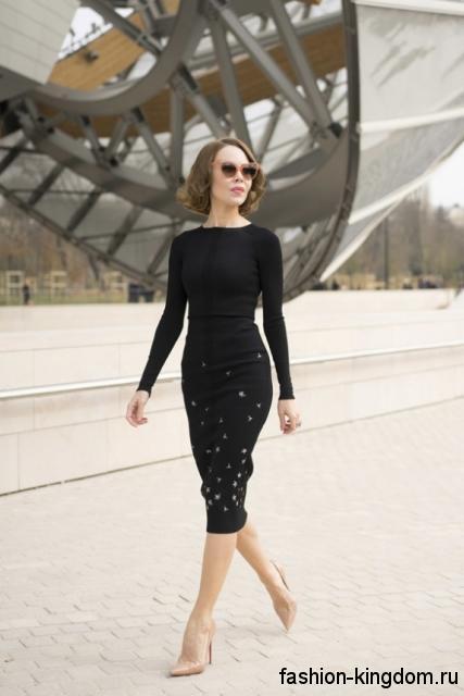 Черное теплое платье на работу, приталенного кроя, длиной ниже колен, с мелким белым рисунком.